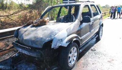 Veículo fica destruído ao pegar fogo na MS-395, em Bataguassu