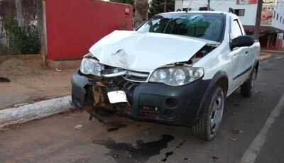 Fiat Strada colide em poste na região central de Nova Andradina