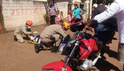 Motociclista cai ao derrapar em pedras derrubadas por caçamba