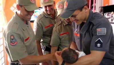 Por telefone, bombeiro ajuda mãe a salvar bebê que estava engasgado