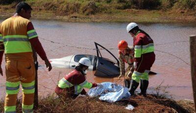 Homem morre dentro de  carro que caiu em represa em Nova Alvorada do Sul
