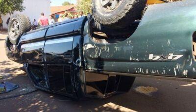 Caminhonete capota após colisão com outro veículo no centro de Deodápolis