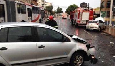 Policial militar fica ferido em acidente ao buscar esposa no trabalho e outro motorista foge