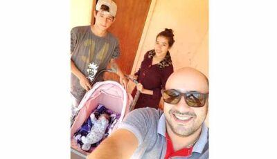 Jovem casal recebe presente do ESF Jd O Pioneiro de Fátima do Sul