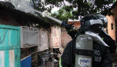 Três pessoas são levadas para hospital após incêndio destruir residência em Dourados