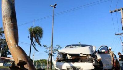 Homem se embriaga em casa de prostituição e colide carro em poste
