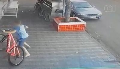 Câmeras flagram menino de 10 anos furtando bicicleta em MS: 'na hora deu vontade'