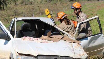 Acidente deixa condutor preso às ferragens na MS-276 e mobiliza Corpo de Bombeiros