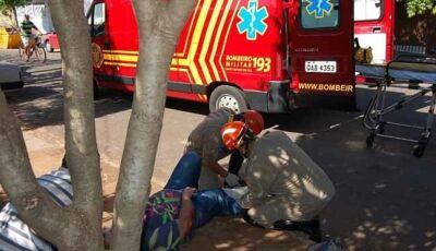 Mulher perde controle de Honda Biz e sofre queda na Rua José Domingos