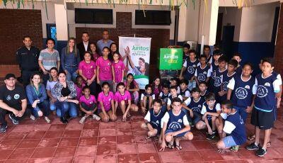 Sicredi entrega doação de um bebedouro ao projeto 'Bom de Bola Bom na Escola' de Fátima do Sul