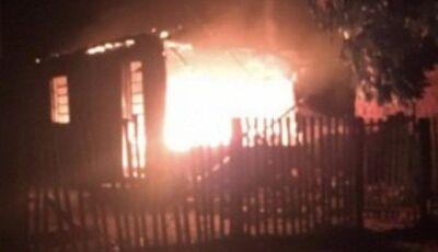 Incêndio destrói residência e casal fica ferido ao tentar salvar pertences