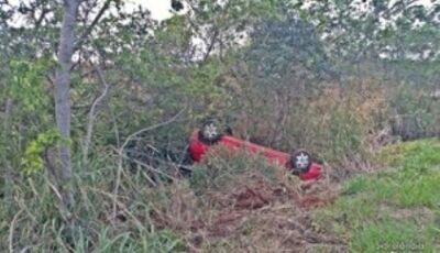 Mulher perde controle de carro e capota em trecho de rodovia sem sinalização