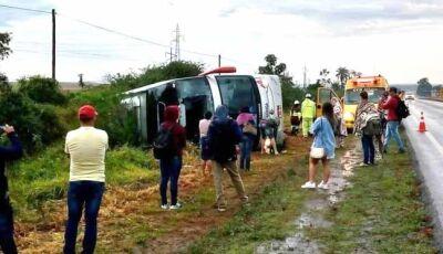 Ônibus com 21 passageiros tomba na BR-163, entre Dourados e Caarapó