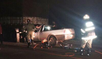 Colisão de carro e carreta deixa homem gravemente ferido na MS-141