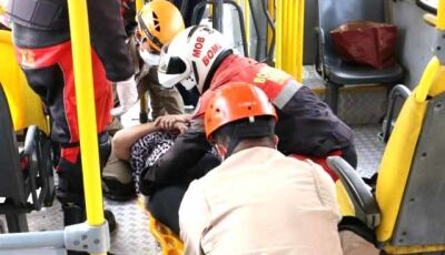 Passageiras ficam feridas em acidente entre ônibus e carro
