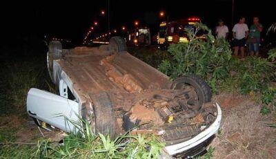 Veículo capota e duas pessoas ficam feridas