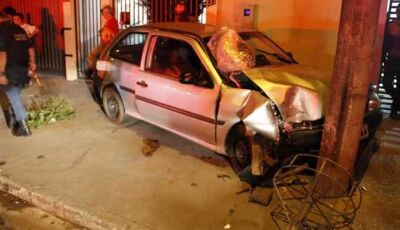 Aparentemente embriagado, condutor em alta velocidade perde direção e bate em poste