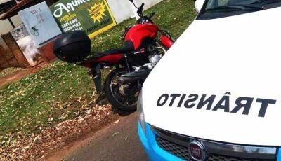 Condutor de Fiat Uno 'acerta' motociclista após avançar preferencial e foge sem prestar socorro