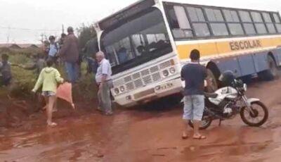 Ivinhema - Ônibus de transporte escolar cai em buraco e revolta moradores