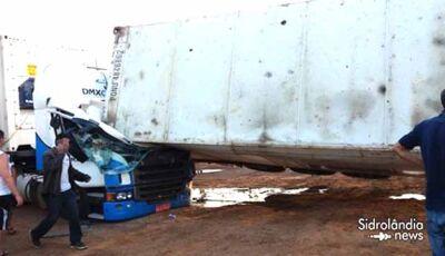 Container tomba na empresa JBS e mata manobrista de carreta