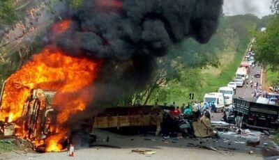 Pelo menos 3 mortos e 16 feridos após ônibus pegar fogo com trabalhadores