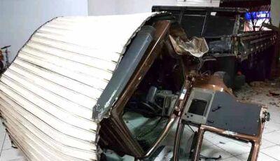 Motorista perde controle e caminhão invade igreja em Campo Grande