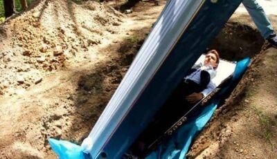 Terapeuta enterra vivos para tratar problemas psicológicos