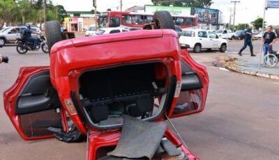 Motorista avança sinal vermelho e causa acidente com capotamento
