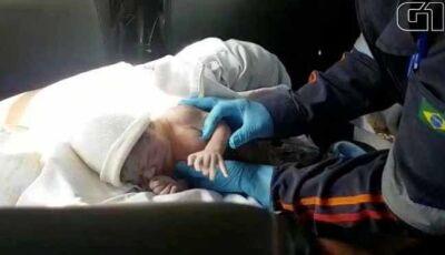 Bebê nasce dentro do carro de motorista de aplicativo em MS