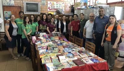 Sicredi entrega livros didáticos em escola e fardamento ao 21 de Abril em Fátima do Sul