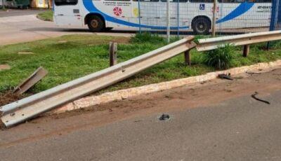 Em alta velocidade e no celular, homem bate carro em guard rail e morre
