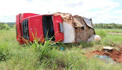 IVINHEMA: Caminhão capota e dois ficam feridos