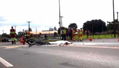 Caminhão atropela moto e vítima morre carbonizada na BR-163
