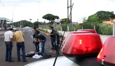 Homem é assassinado à tiro no meio da rua