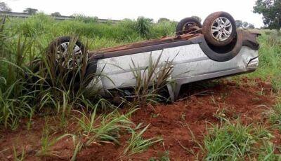 Motorista perdeu o controle da direção, o carro saiu da pista e capotou, parando em meio à vegetação