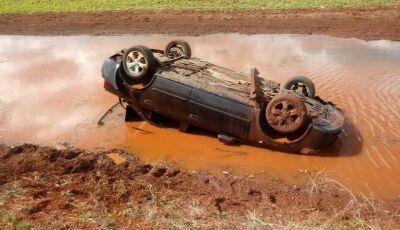 Motorista perde a direção e veículo capota em curva entre Indápolis e Lagoa Bonita, VEJA FOTOS