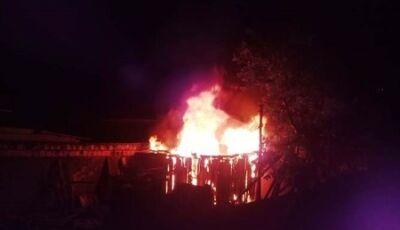 Casa de pequeno porte é destruída pelo fogo