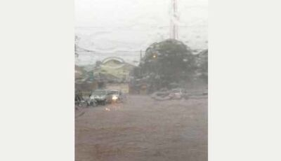 Chuva alaga ruas em Dourados