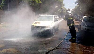 Veículo pega fogo no meio da Rua deixando danos materiais
