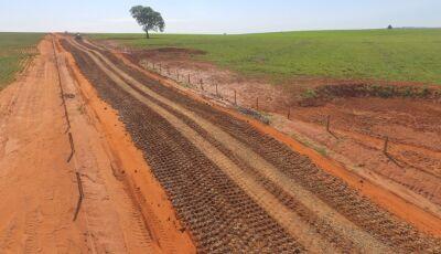 Eraldo fortalece trabalho na Zona Rural e estradas viram verdadeiro 'asfalto' de pedras em Jateí