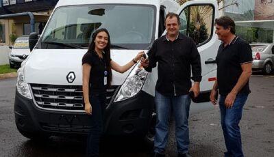 APAE recebe doação de veículo 0Km Renault tipo microônibus em Fátima do Sul