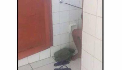 Casal é flagrado fazendo sexo em banheiro público de MS e vídeo viraliza