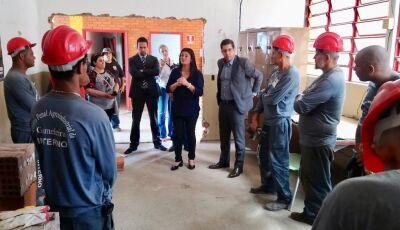Após atender pedido da comunidade escolar, Rose Modesto acompanha reforma de escola na Capital