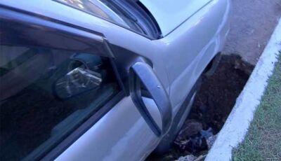 Carro cai em buraco em avenida de MS e professor passa a noite no veículo para evitar furto