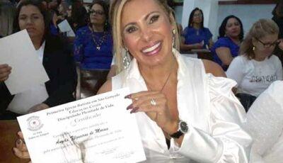 Angela Bismarchi festeja diploma para ser pastora: 'Eu era pecadora e não sabia'