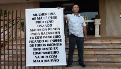 """Homem se acorrenta em frente ao Fórum de Dourados e acusa """"ex"""" de má-fé"""