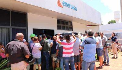 Moradores reclamam na Energisa e concessionária 'culpa' usuários