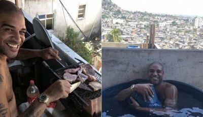 Banho na caixa d'água e churrasco na laje: o dia do Imperador na favela
