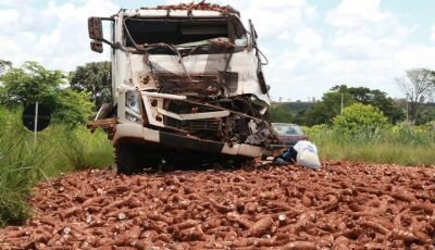 Colisão entre carreta e caminhão deixa uma pessoa ferida na MS-276