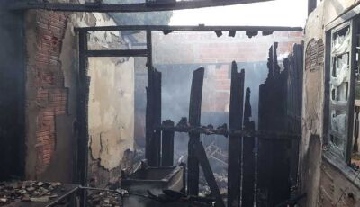 Incêndio deixa casa completamente destruída na Avenida Ivinhema